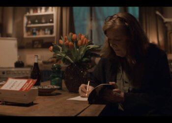 Кадр: книга Тома Пикетти в сериале «Люпен»