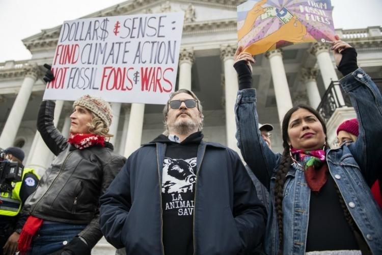 Между тем Хоакин Феникс, подтверждая амплуа Джокера, явился на митинг против корпоративных загрязнителей окружающей среды и монстров мясной промышленности, участвовал там в беспорядках у Капитолия и был задержан полицией к всеобщему восторгу своих (т.