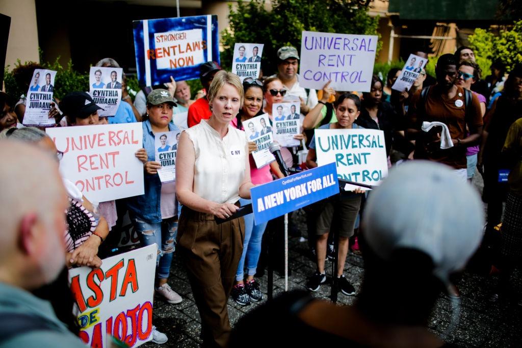 Синтия Никсон, про которую мы и так знаем, что она социалистка, левая, за Берни Сандерса и всё такое, выступает на митинге за ограничение квартирной платы.