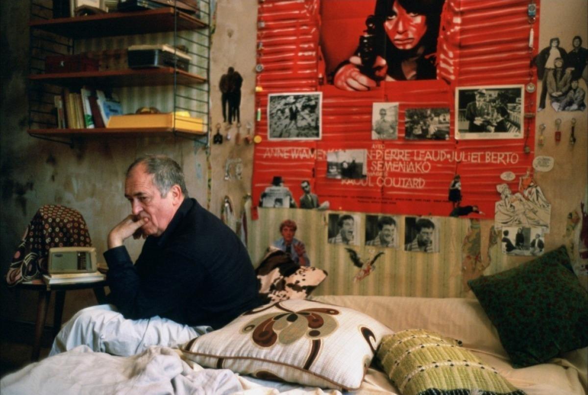 Бернардо Бертолуччи под большим плакатом
