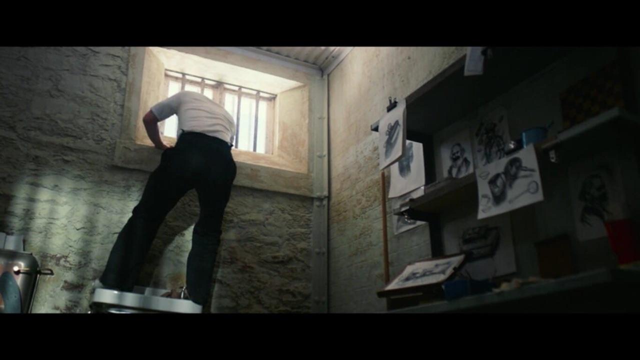 Сложная загадка: в каком фильме у заключенного в тюрьме, помимо прочего, висит портрет Маркса?