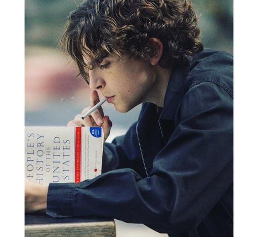 На этом фото Тимоти Шаламе увлеченно читает книгу