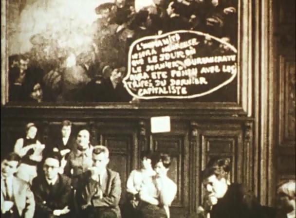В одном из эпизодов фильма «Цвет воздуха – красный» показан отрывок бурной политической дискуссии о стратегии и тактике революционной борьбы, протекающей в одном из захваченных студентами учебном заведении.