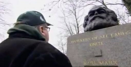 Майкл Мур смотрит на Карла Маркса и думает