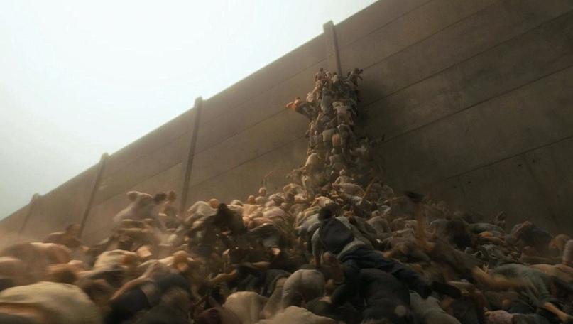 Орда зомби пытается преодолеть стену в World War Z (2013)