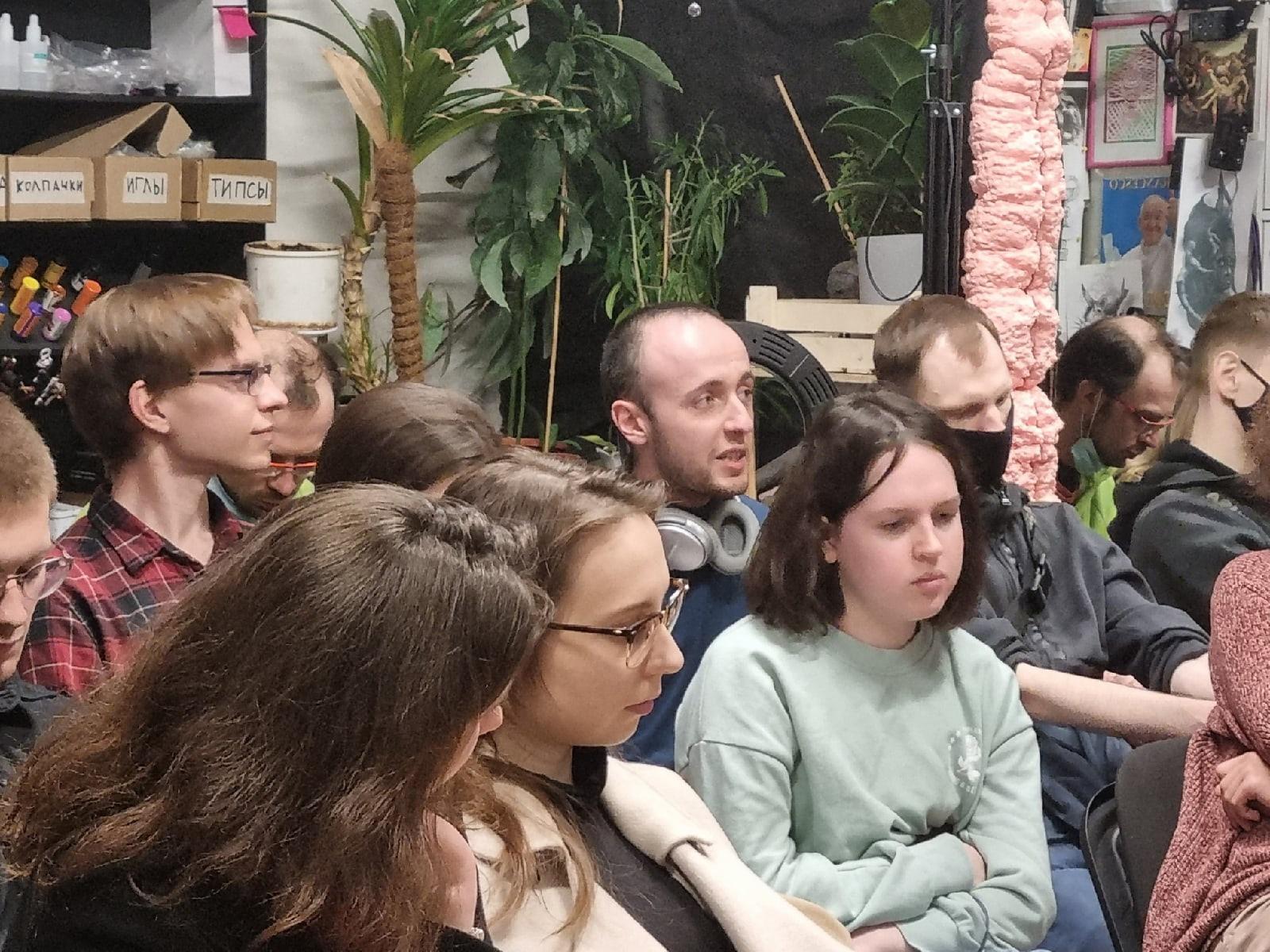 Иногда на наших синемарксистских показах не хватает стульев, но всем все равно находится место и каждый может высказаться о фильме.